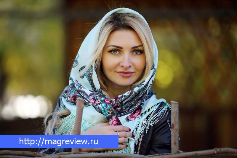 Павлопосадский платок на девушке